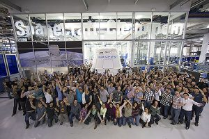SpaceX-Dragon_capsule_and_SpaceX_employees