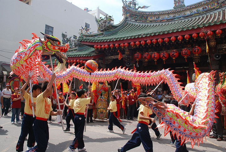 Chinese New Year-Performers holding Dragon on Poles in Taiwan By 蔡滄龍-彰化市南瑤宮 final