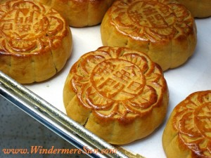 "Mooncakes with Chinese characters 金門旦黃 (jinmen danhuang), meaning the moon cake contains egg yolk filling and is made from a bakery named ""Golden Gate Bakery"". Mooncakes usually have the bakery name pressed on them. (uploaded by Atlaslin, credit: misbehave)"
