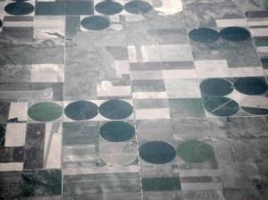 Farm in USA circular due to pivot center irrigation (public domain,credit: Mrwrite)