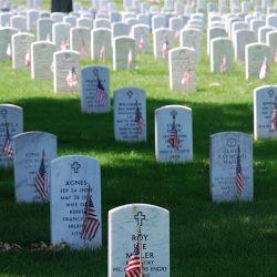 Memorial Graves_at_Arlington_on_Memorial_Day (Attrib: Remember , public domain)